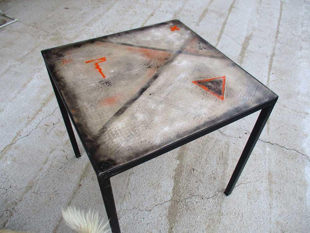 Tavolo in cemento e metallo